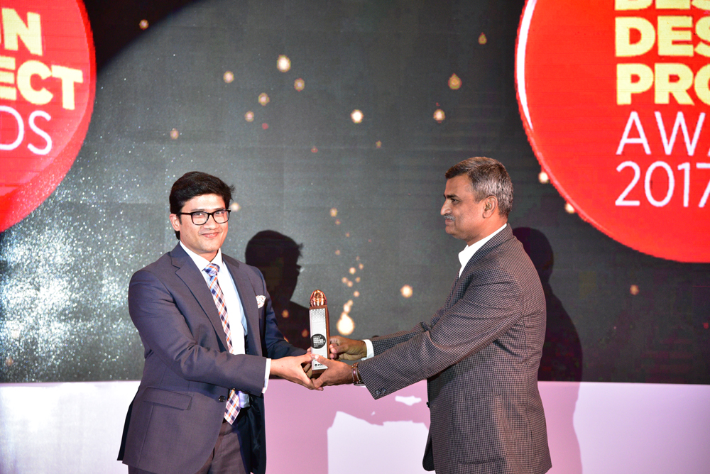 Think Design receiving 'India's Best Design Project 2017' Award from Raman Saxena