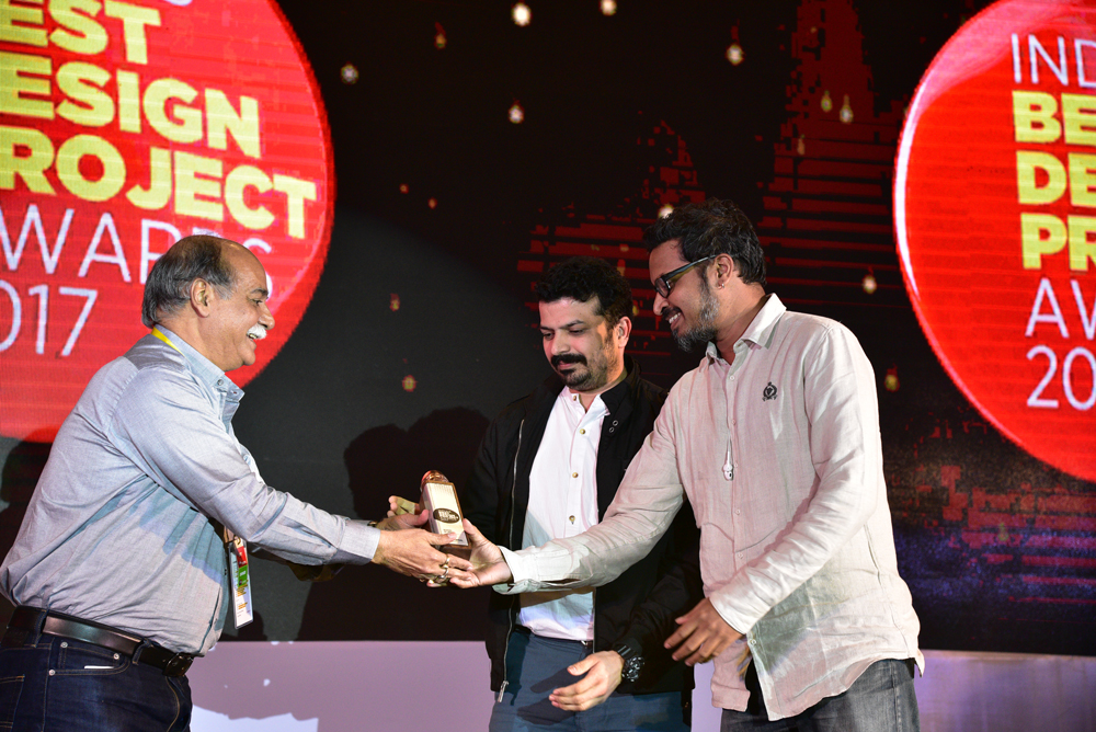 Kosh receiving 'India's Best Design Project 2017' Award from Anil Sinha