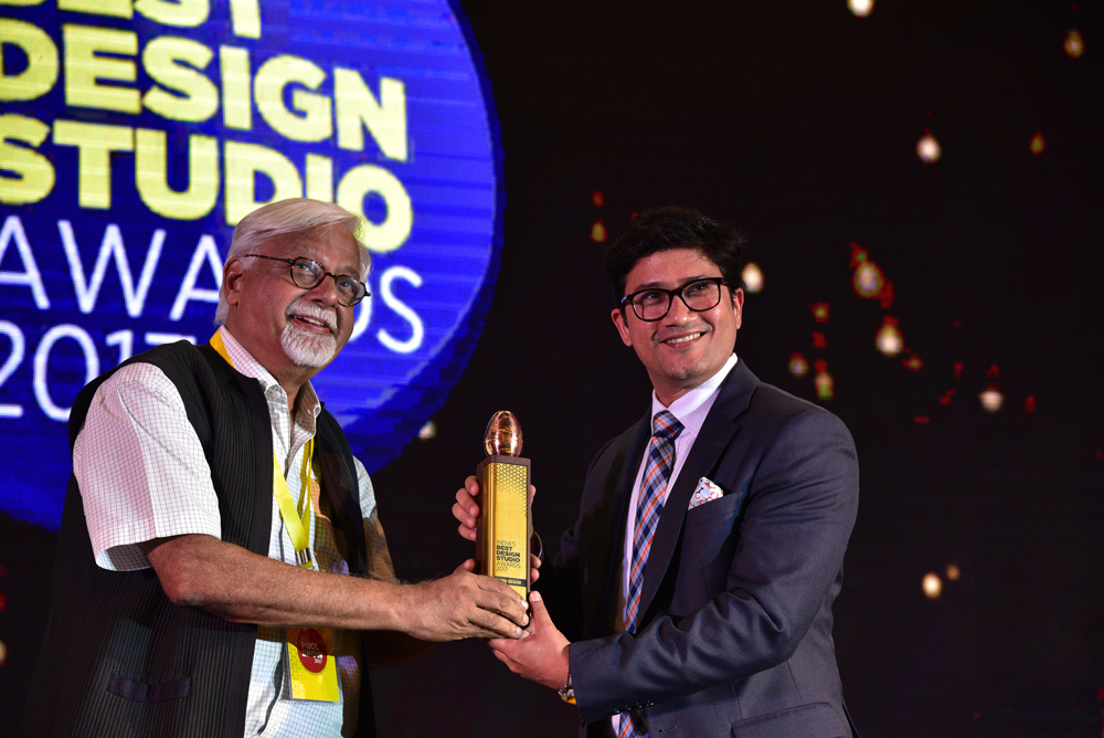 Think Design receiving 'India's Best Design Studio 2017' Award from Vikas Satwalekar